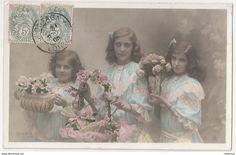 """Carte Postale Ancienne """"Les Petite filles avec des fleurs"""" 1905 France."""