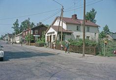 1965 . Intiankatu 3, 5, 7, 9. Arabian apteekki ja punaisessa puurakennuksessa on myymälä Kirja ja paperi Oy.