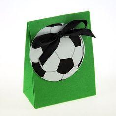 Boite à dragées Fotball zephyr, vendue par 10 boites à dragées avec étiquettes au choix: ballon, chaussures ou maillot de foot, boites dragées de dimensions 3 x 7,5 x 5,5cm et contenance de 30 grammes de dragées