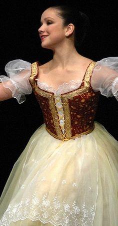 Tämä nyt. Täydellinen prinsessahame. Maalaisasut on balettiasujen aatelia. Nukenhamemalleiksi ihan parhaimmistoa.