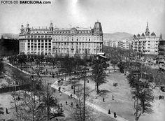 Plaça Catalunya con el antiguo y elegante Hotel Colón al fondo