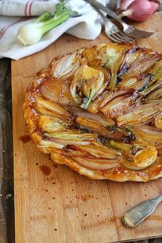 Tarte tatin d'oignons rouges et fenouil - Ingredients : 1 puff pastry, long red onions, 3 small fennel, 50 g butter, 1 c. Veggie Recipes, Vegetarian Recipes, Cooking Recipes, Healthy Recipes, Paleo Food, Veggie Food, Quiches, Savory Pastry, Savoury Tarts