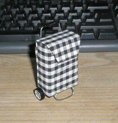 Materiales: Una cajita de cartón (4 cm de ancha x 6 de alta x 1,5 de fondo) Yo he utilizado las cajitas de los auriculares del ave. Tela Alu...