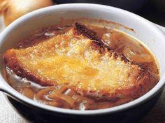 Talviseen ruokapöytään sopivan maukkaan sipulikeiton pinnalle tulee paahdettua leipää ja juustoraastetta.