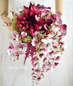 ダリア、カラー、ランのナチュラルクラッチブーケ。すべて造花です。 Silk Flower Bouquets, Silk Flowers, Floral Wreath, Wreaths, Decor, Flowers, Floral Crown, Decoration, Door Wreaths