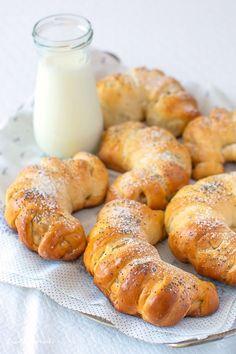 Cornuri cu mere și stafide. Cornuri din aluat dospit, pufoase, cu umplutură de mere aromate cu scorțișoară și coajă de lămâie. Cornuri pentru micul dejun. Cornuri pentru pachetul de la școală.… Croissant, Pretzel Bites, Bagel, Deserts, Food And Drink, Menu, Cooking Recipes, Breakfast, Sweet