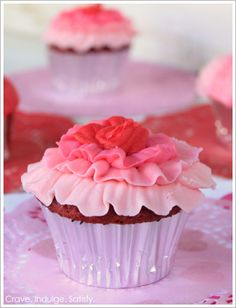Red velvet with white chocolate cupcakes - love the white chocolate ombre ruffle frosting!