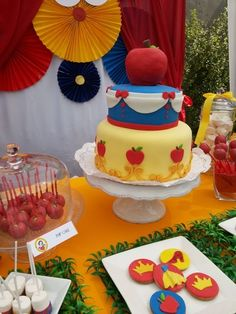 Awesome Snow White cake ....simple but cute
