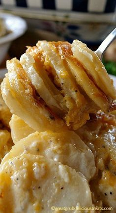 Cheesy Garlic Scalloped Potatoes - Loaded with three different types of cheese, garlic and sour cream, these are some tasty taters. Cheesy Potatoes, Sliced Potatoes, Scallop Potatoes, Potatoes Crockpot, Ranch Potatoes, Parmesan Potatoes, Baked Potatoes, Baked Potato Casserole, Casserole Recipes