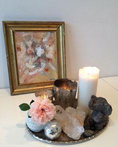 Efterårshygge med min keramik vase med rose fra haven og elefant og et af mine første englemalerier.  Autumn cosines with my first ceramic vase with a rose from my garden and an elephant as well as one of my first angel painting.  Made in Denmark by  www.anne-mette.com  #autumn #efterår #rose #ceramicart #painting #angel #elephant #elefant #opstilling #hygge #cosiness #silver #artist #decorations #indretning #lys #keramikvase #éléphant #clayart #indretning #indretningstip #maleri #sculpture…