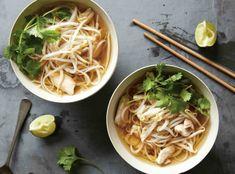 Ve Vietnamu se polévka Pho často podává k snídani. Asian Recipes, Ethnic Recipes, Pho, Japchae, Spaghetti, Food And Drink, Cooking, Asia, Lasagna