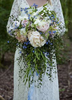 Another spectacular wedding bouquet with the use of plants! Flower Factor's guest designer Giada Gaziani took a Muehlenbeckia for the cascade look and used Peonies, Hydrangea and Iris to create a Boho style wedding bouquet. Watch the How to make video! #DONFLORITO
