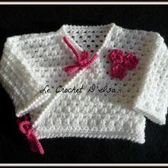 Cache - coeur / gilet bebe au crochet decos fleurs fuschia