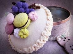 Scatola di latta rivestita con feltro e decorata con pannolenci,lana cotta,perline,cannella e fantasia.