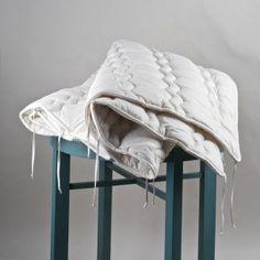 Biologisch Kinder Dekbed Katoen. 100% biologisch katoen. Maten: 135x100cm en 150x120cm.  2-delig dekbed. Eén zomer dekbed. En één Lente/Herfst dekbed. Deze twee samen vormen het winter-dekbed. Er zitten striklinten bevestigt waarmee je de dekbedden aan elkaar knoopt. De dekbedden zijn ook los te koop, als zomer of herfst dekbed. Het herfst dekbed kan ook worden gebruikt als een all-season dekbed. (Gebruik dan in de winter een warme pyjama of extra deken).
