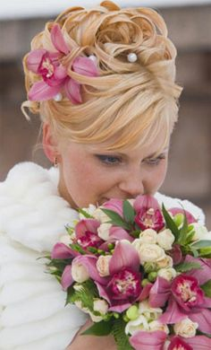 Wedding hairstyles for short natural curly hair and flowers
