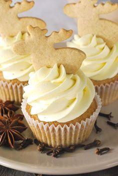 Spekulatius-Cupcakes mit weißer Schoko-Buttercreme Speculoos cupcakes with white chocolate butter cream Baking Cupcakes, Cupcake Recipes, Baking Recipes, Cookie Recipes, Cupcake Cakes, Dessert Recipes, Vegan Cupcakes, Cupcake Toppers, Beaux Desserts