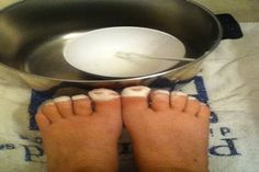 How to get white toenails: mix a small amount of baking soda and hydrogen peroxide together. Make into a paste. Get a tooth brush and scrub the paste onto your toenails. Then soak your toenails in the paste. Let them sit for min. Then rinse off toes. Pedicure Soak, Diy Pedicure, Pedicure At Home, Pedicure Tools, Pedicure Designs, Diy Beauty Hacks, Home Beauty Tips, Baking Soda Nails, Toe Nails White