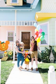 Up Costumes: A Disney family Halloween costume with every detail and the cutest on-location of the Real Life Up House photos! Pixar Halloween Costumes, Pixar Costume, Disney Family Costumes, Homemade Halloween Costumes, Halloween Photos, First Halloween, Halloween Couples, Halloween 2018, Diy Halloween