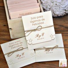 El Kit de las Bodas Felices. Especialmente recomendado para las bodas con grandes emociones!!! Para esas Bodas en las que nos sentimos tan felices y alegres que no podemos contener nuestras lagrimitas de alegría. Estuche con pañuelo de papel.