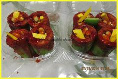 Pepino relleno de cacahuates y mango.