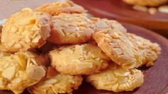 RESEP KUE LEBARAN KEJU KACANG ALMOND RENYAH Indonesian Desserts, Indonesian Food, Indonesian Recipes, Cookie Recipes, Dessert Recipes, Pork Bacon, Almond Cookies, Cream Cookies, Pastry Cake