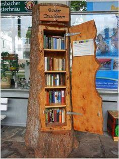 Una libreria in un tronco d albero