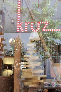 """Restos de maderas reutilizadas para crear este pino. Transmite la esencia de la tienda """"Muebles de maderas nobles chilenas"""" de una forma abstracta y simple."""