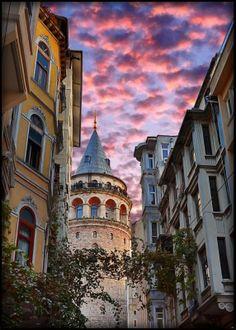 Galata Tower, Istanbul, Turkey Son karesi gibi Red Kit'in batan güneşe doğru sürerken atımı gitme kal demeni bekliyorum ama yalnızca rüzgar çekiştiriyor atkımı   Sunay Akın