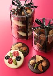 Love these DIY chocolate gifts. Homemade Chocolate Bars, Chocolate Shop, Chocolate Bark, Chocolate Gifts, Chocolate Desserts, Baking Packaging, Dessert Packaging, Candy Recipes, Dessert Recipes