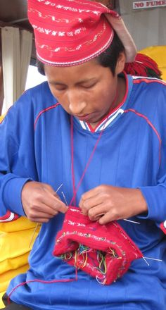 The knitted hats for men are so fine and tight knit, that you could think that it was woven. Produce a (lobe) hat it takes a whole month working accordingly. The knitting of the men of Taquile has been included in UNESCO's World Heritage List.