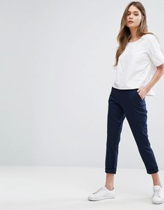 Take a look at the trending office and work outfit ideas for women in Casual, classy and chic apparel that are appropriate for Office and Work. Minimal Fashion, Work Fashion, Fashion Pants, Fashion Outfits, Fashion Women, Fashion Jewelry, Fashion Trends, Trousers Women Outfit, Pants For Women