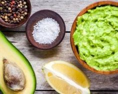 Guacamole is a Mexican food made of avocado as the basic materials.Lets Learn how to make delicious and healthy homemade guacamole with easy ingredients ! Vegan Avocado Recipes, Guacamole Recipe Easy, Homemade Guacamole, Healthy Dinner Recipes, Healthy Snacks, Healthy Fats, Healthy Eating, Fresh Guacamole, Holy Guacamole