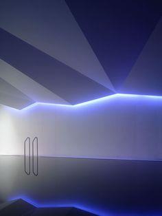 Beleuchtung in einem Poolhaus, Architekt Carmody Groarke & Lighting Design // Ph. Home Lighting Design, Cove Lighting, Lighting Concepts, Linear Lighting, Landscape Lighting, Neon Lighting, Ceiling Design, Interior Lighting, Modern Lighting
