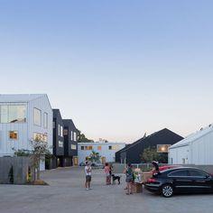 Les maisons, de moins de 180 m², sont construites autour d'une rue privative : une cour centrale à la fois espace de vie communautaire et parking. On retrouve l'esprit d'un quartier et on se rencontre sur l'ère commune du parking.