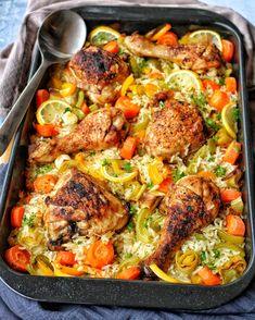 Huhn mit Gemüsereis aus dem Ofen Chicken with vegetable rice from the oven is a great feel-good meal that is simply and stress-free conjured up on the table. Delicious chicken with rice is suitable both in between, as well as when you expect guests. Oven Chicken, Honey Garlic Chicken, Yum Yum Chicken, Chicken Recipes For Two, Healthy Chicken Recipes, Cooking Recipes, Vegetable Rice, Feel Good Food, Four