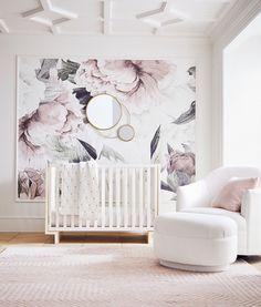 Mooi roze is niet lelijk, 5 tips voor een roze babykamer. Als je in verwachting bent van een meisje is het verleidelijk om alles in het roze te kopen. Bij het inrichten van de babykamer kan dit riskant zijn, want aan roze heb je al snel een overkill. Als je de juiste keuzes maakt kan een roze babykamer ontzettend stijlvol zijn. #babykamer #babyroom #nursery #rose #pink #babykamerinspiratie #babykamerstyling #interieur #wonen