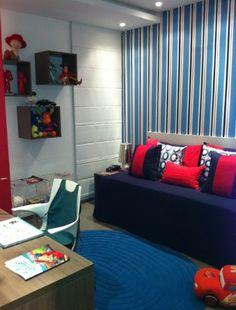 Espaço para crianças projetado pela arquiteta Renata Ayoub Giglio na Casa Cor Mato Grosso do Sul 2011. Com o objetivo de recriar a leveza da infância, a arquiteta dividiu o espaço em três ambientes distintos. As paredes trazem as cores cereja, azul jeans e azul marinho, tons que agradam tanto o menino quanto a menina e se harmonizam com os tecidos estampados utilizados na decoração