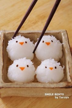 Baby chicks made with food Japanese Food Art, Japanese Sweets, Bento Recipes, Baby Food Recipes, Little Lunch, Food Garnishes, Cute Desserts, Food Decoration, Cafe Food