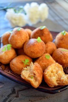 Hello! Bon Ramadan à tous les MusulmansVoici une petite idée toute simple pour garnir vos tables, des boulettes de pmmes de terre au thon, ultra moelleuses et fondantes! .Pour 30 boulettes . 4 pomme de terre cuite à l'eau salée . 1/2 bouquet de persil...