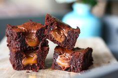 Wat gebeurt er als je ROLO's verstopt in browniebeslag? Dan krijg je waanzinnige ROLO brownies waar je van blijft eten. Bekijk hier het recept.