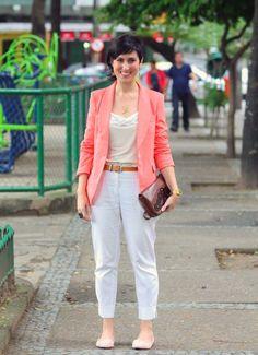 D - roupa toda clara, o blazer colorido alonga e emagrece