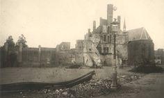 Restanten van het gebouw van De Nederlanden van 1845 aan het Mariënburg, dat op 23 september 1944 verwoest werd. Links de ommuring van de Joodse begraafplaats op de hoek met de Tweede Walstraat.