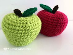 Free pattern for back to school crocheted apples. These amigurumi apples would be great as part of a teacher gift or as an addition to your child's play food collection.