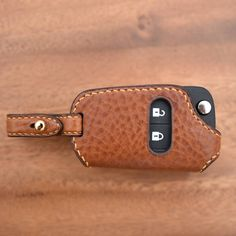 33 отметок «Нравится», 3 комментариев — CLACHIC Leather LAB. toshilow (@toshilow_jy) в Instagram: «#leathercraft #handmade #bespoke #saddlestitch #keycase #smartkey #minervabox #alran #chevorlet…»