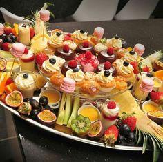 Fruit Presentation, Moroccan Dishes, Dessert Shots, Ramadan Recipes, Indian Snacks, Arabic Food, Wedding Desserts, High Tea, I Foods