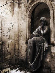 """* This is so eerie looking. Is this the statue that was on the cover of the movie """"Midnight in the Garden of Good and Evil""""? Cemetery Angels, Cemetery Statues, Cemetery Art, Dark Side, Old Cemeteries, Graveyards, Art Sculpture, Art Moderne, Belle Photo"""