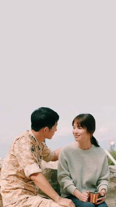Song Joong-ki as Yoo Shi-jin Song Hye-kyo as Kang Mo-yeon Descendants of the sun Korean Actresses, Korean Actors, Korean Dramas, Desendents Of The Sun, Taekook, Soon Joong Ki, Sun Song, Best Kdrama, Songsong Couple