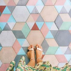 Geometrical floor with the ss16 trendy colors. Rose Quartz, Lilac Gray and Limpet Shell make up this original floor. #ihavethisthingwithfloors