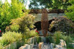 Gartendeko Ideen - Statue im Rost-Look im Steingarten